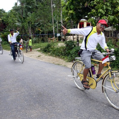 The best way to see Nias is on a bike. Bike clubs in Gunung Sitoli arrange tours to different parts of the island.